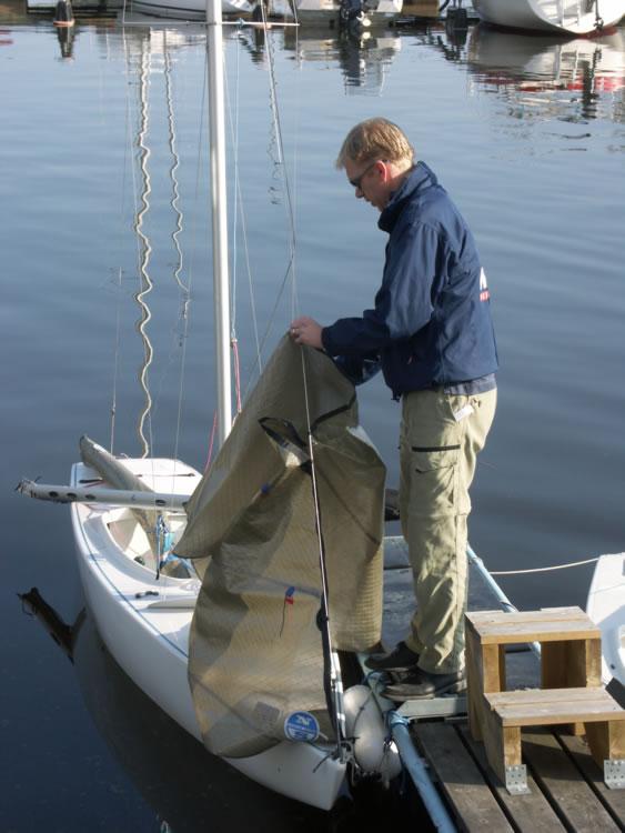Emil Axelson förbereder båten
